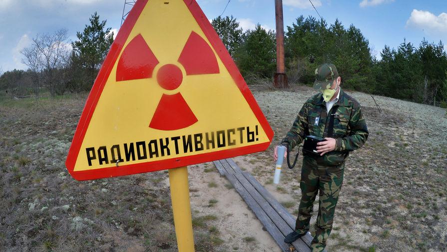 Сотрудник Полесского государственного радиационно-экологического заповедника проводит дозиметрическое обследование территории исследовательской станции «Масаны», находящейся в секторе зоны отчуждения Чернобыльской АЭС в Белоруссии, 2016 год