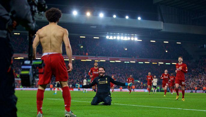 Футболисты «Ливерпуля» Мохамед Салах и Алисон Бекер во время матча 23-го тура против «Манчестер Юнайтед»