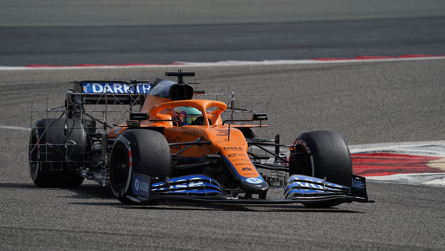 Австралийский пилот «Макларена» Даниэль Риккардо во время заезда в первый день тестов «Формулы-1» на трассе в Бахрейне.