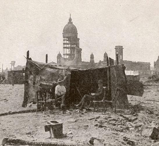 Пострадавшие в результате землетрясения в Сан-Франциско 18 апреля 1906 года строят убежище из фрагментов разрушенных зданий