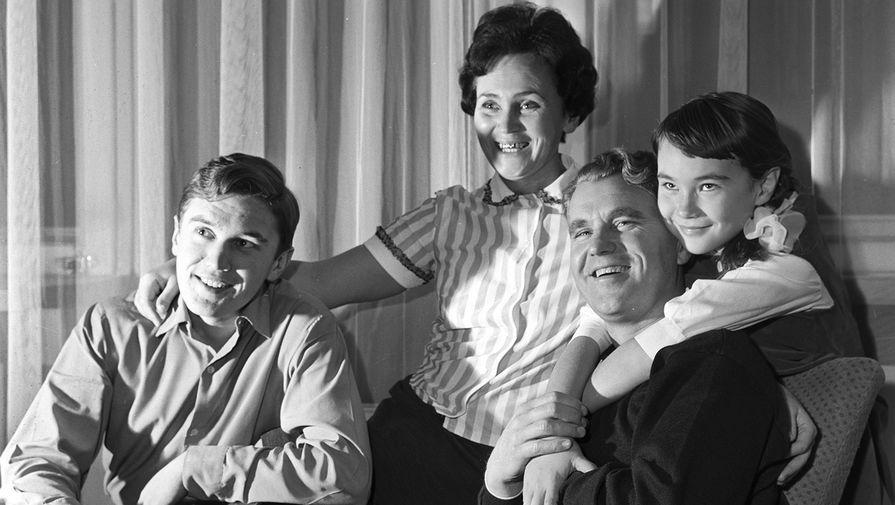 Летчик-космонавт СССР, командир космического корабля «Союз-4» Владимир Шаталов с супругой Музой, сыном Игорем и дочерью Еленой, 1969 год