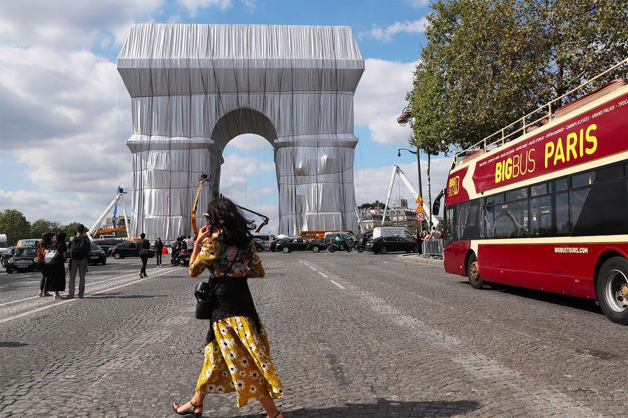Посмертный проект Христо: В Париже упаковали Триумфальную арку