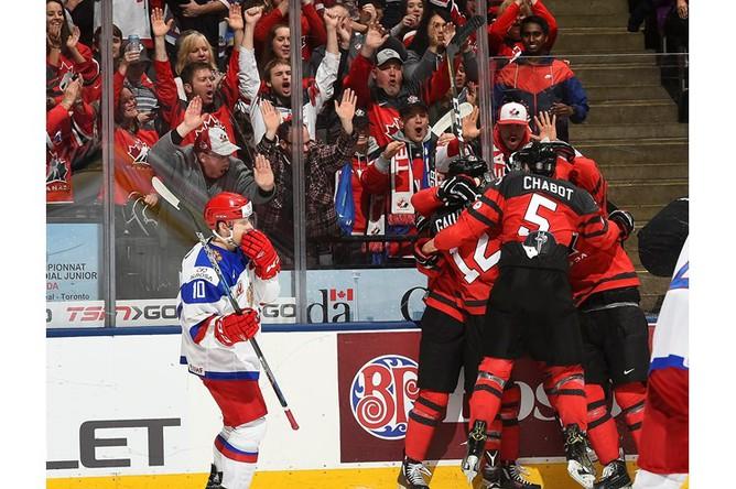 Сборная Канады празднует первую в матче шайбу Тайсона Джоста