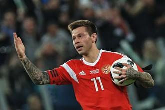 Федор Смолов празднует гол в ворота сборной Франции