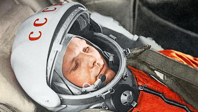 Юрий Гагарин в кабине космического корабля «Восток» во время первого в мире орбитального...
