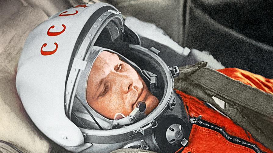 Юрий Гагарин в кабине космического корабля «Восток» во время первого в мире орбитального космического полета, 12 апреля 1961 года.