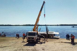 Подъем катера из воды после столкновения с баржей на Волге около Волгограда, 12 июня 2018 года