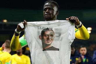 Игрок клуба «Нанта» с футболкой с фотографией Эмилиано Сала, 30 января 2019 года