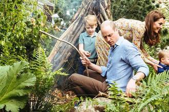 Принц Уильям и Кейт Миддлтон с детьми Джорджем и Луи в саду дикой природы, 2019 год