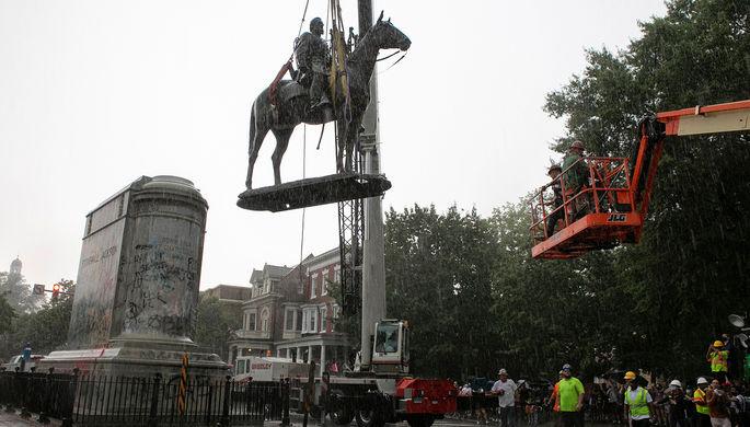 Демонтаж памятника генералу конфедератов Томасу «Стоунуоллу» Джексону в Ричмонде, штат Виргиния, 1 июля 2020 года