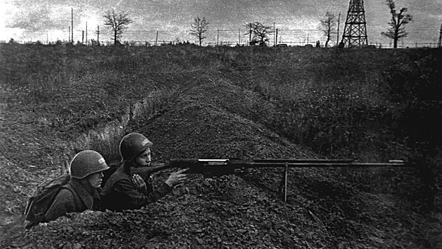 Бойцы с противотанковым оружием на огневой позиции