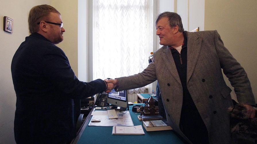 Депутат ЗакСа Виталий Милонов и Стивен Фрай во время встречи в библиотеке имени Маяковского в Санкт-Петербурге, 2013 год