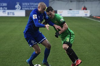 Защитник «Анжи» Владимир Полуяхтов борется за мяч с оборонцем «Динамо» Себастьяном Хольменом