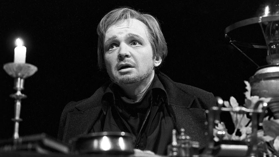 Андрей Мягков в сцене из спектакля «Чайка» на сцене МХАТ, 1980 год