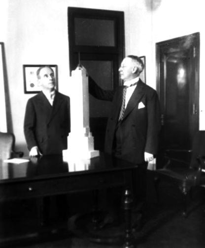 Финансист Джон Раскоб и экс-губернатор Нью-Йорка Альфред Смит рассматривают макет Эмпайр-стейт-билдинг, 7 января 1930 года