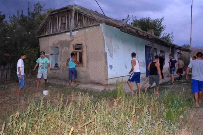 Жители села Лощиновка Одесской области громят дома цыган