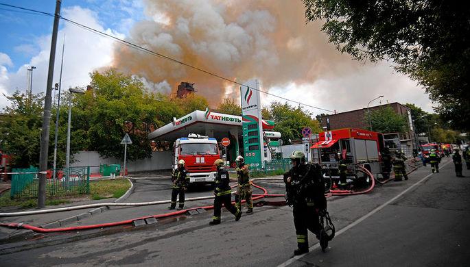 Замыкание или поджог: в Москве тушат бывший хладокомбинат