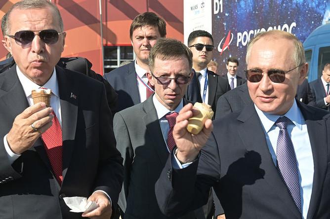 Президенты России и Турции Владимир Путин и Реджеп Тайип Эрдоган с мороженым на авиасалоне МАКС в подмосковном Жуковском, 27 августа 2019 года