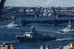 Малый ракетный корабль «Великий Устюг», малый ракетный корабль «Мытищи» и сторожевой корабль «Ярослав Мудрый» во время Главного военно-морского парада в честь Дня Военно-Морского Флота России, 26 июля 2020 года