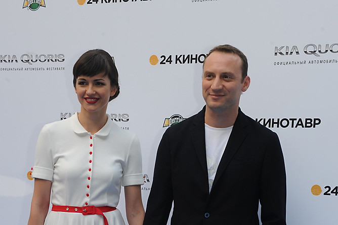 Актер Анатолий Белый с супругой перед началом церемонии открытия XXIV Открытого Российского кинофестиваля «Кинотавр»