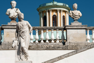 Скульптурное украшение мраморной балюстрады на террасе парка в усадьбе «Архангельское»