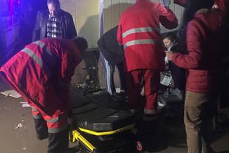 Медики и пострадавший после взрыва автомобиля в Киеве, 25 октября 2017 года