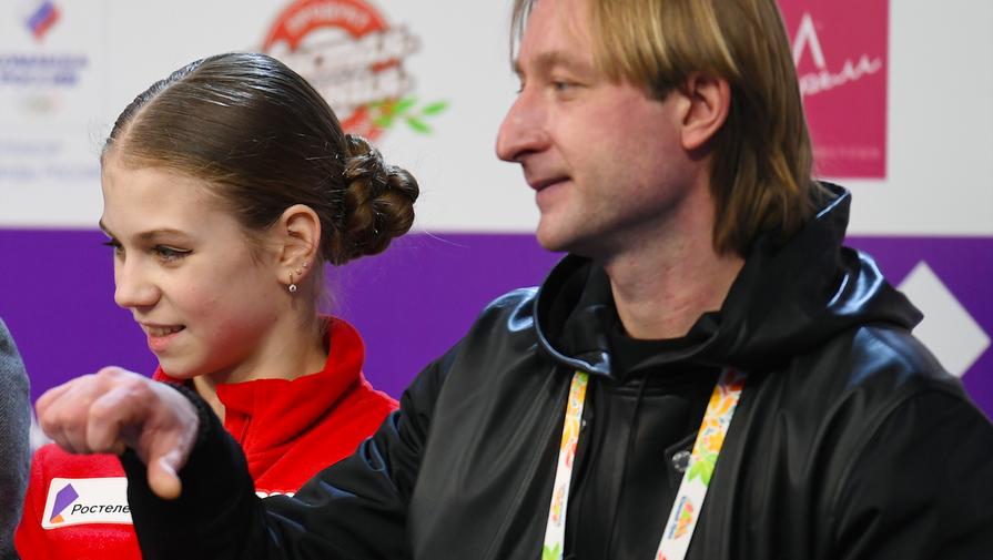 Александра Трусова и ее тренер Евгений Плющенко слушают оценки за прокат фигуристки в короткой программе женского одиночного катания на чемпионате России по фигурному катанию в Челябинске.