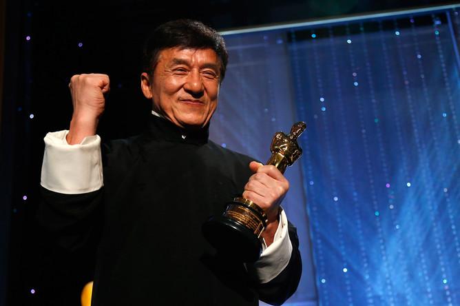Джеки Чан с премией «Оскар» за выдающиеся заслуги в кинематографе, 12 ноября 2016 года