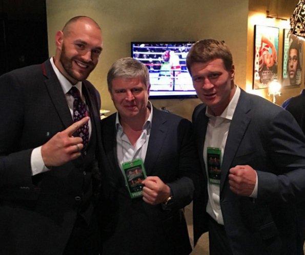 Александр Поветкин, его промоутер Андрей Рябинский и Тайсон Фьюри (справа налево). boxingscene.com