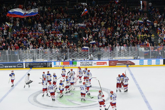 Игроки сборной России радуются победе в матче группового этапа чемпионата мира по хоккею 2017
