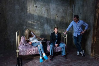Петр Буслов, Павел Деревянко и Яна Кошкина на съемках сериала «Домашний арест»