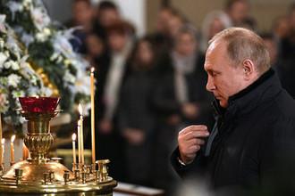 Президент России Владимир Путин во время Рождественского богослужения в Спасо-Преображенском соборе в Санкт-Петербурге, 7 января 2019 года