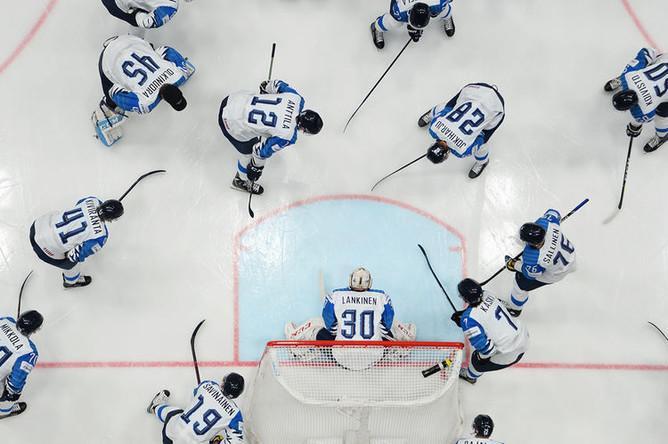 Игроки сборной Финляндии в финальном матче чемпионата мира по хоккею между сборными командами Канады и Финляндии, 26 мая 2019 года