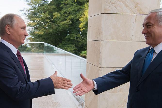 Президент России Владимир Путин и премьер-министр Израиля Биньямин Нетаньяху во время встречи в Сочи, 2017 год