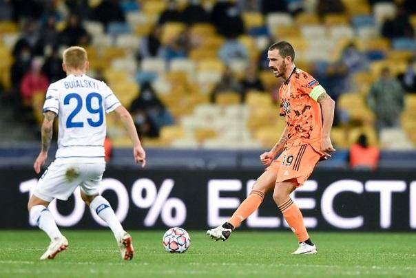 Леонардо Бонуччи (справа) против киевского «Динамо»
