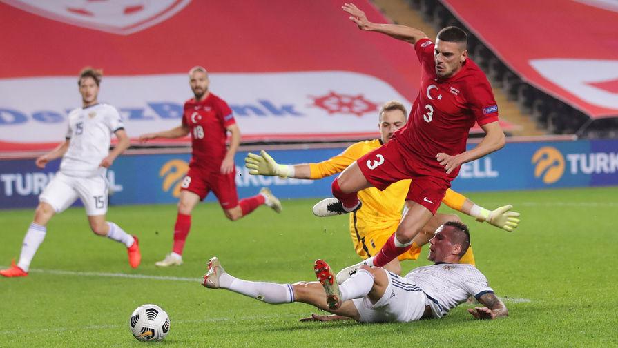 На первом плане: Антон Заболотный (Россия) и Мерих Демирал (Турция) в матче 5-го тура Лиги наций УЕФА между сборными Турции и России, 15 ноября 2020 года