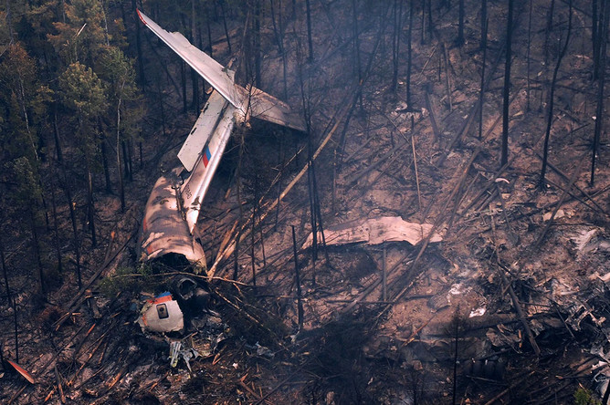Обломки самолета Ил-76 на месте крушения, обнаруженном наземной группой спасателей отряда «Центроспас», в 4 км южнее населенного пункта Рыбный Уян на склоне одной из сопок