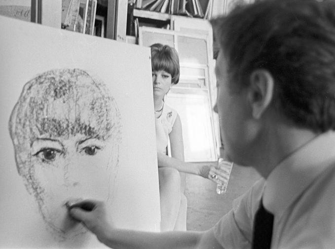 Итальянская актриса Клаудия Кардинале в студии советского художника Ильи Глазунова, 1967 год