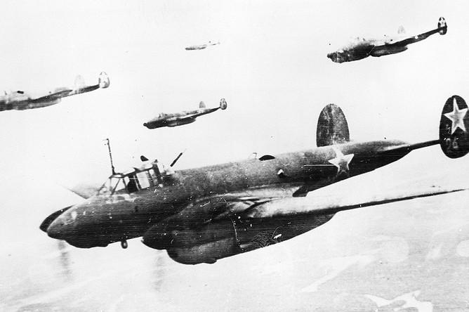 Советские пикирующие бомбардировщики «Петляков-2» летят на боевое задание, 1940 год