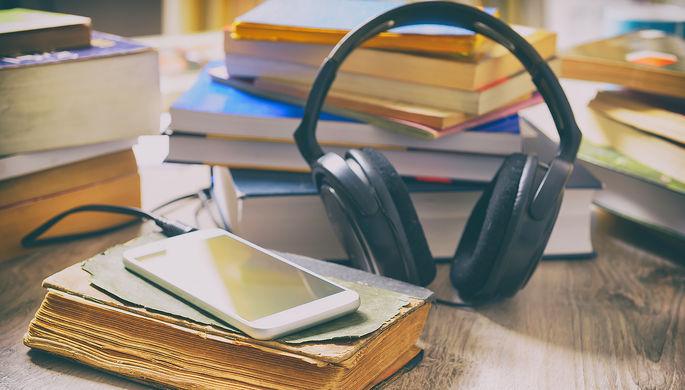 «Sapiens», «Текст» и Акунин: какие аудиокниги слушают в России