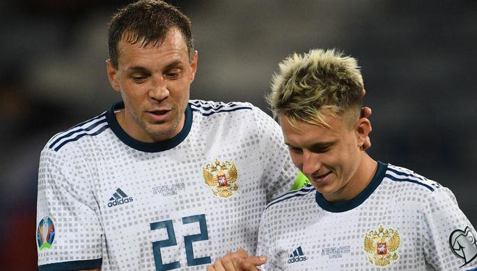 Игроки сборной России Артем Дзюба и Александр Головин
