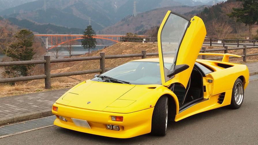 <b>Lamborghini Diablo</b> (годы выпуска: 1990&nbsp;- 2001). Название Diablo, означающее Дьявол в переводе с испанского языка, принадлежало свирепому быку герцога Верагуа, который был убит во время корриды в Мадриде в 1869 году. Дизайн автомобиля имел черты основного стилевого направления 90-х годов, и делал автомобиль более изящным и утончённым в сравнении с моделями компании Lamborghini выпускавшимися ранее. Diablo стал первым Lamborghini, способным достичь максимальной скорости в 320 км/ч.