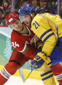Руслан Салей (№24) на Олимпиаде в Ванкувере против шведа Петера Форсберга