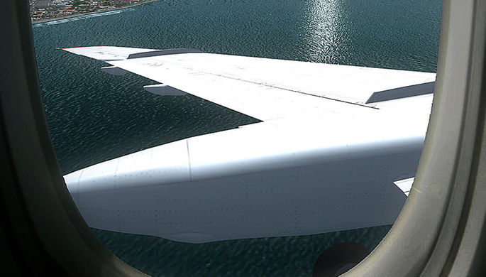 Вид из иллюминатора на крыло самолета. Компьютерная симуляция