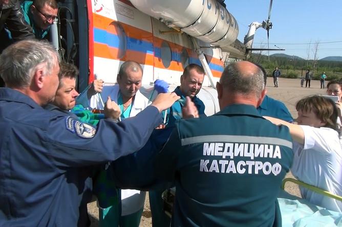 Два вертолёта Ми-8 Сибирского регионального центра МЧС России и авиакомпании «Бурятские авиалинии» производят санитарно-авиационную эвакуацию пострадавших при ДТП в Забайкалье