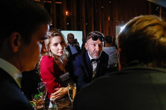 Лидер группы «Ленинград» Сергей Шнуров со спутницей на церемонии вручения 16-й ежегодной премии «Человек года 2018» по версии журнала GQ в Барвихе, 10 сентября 2018 года