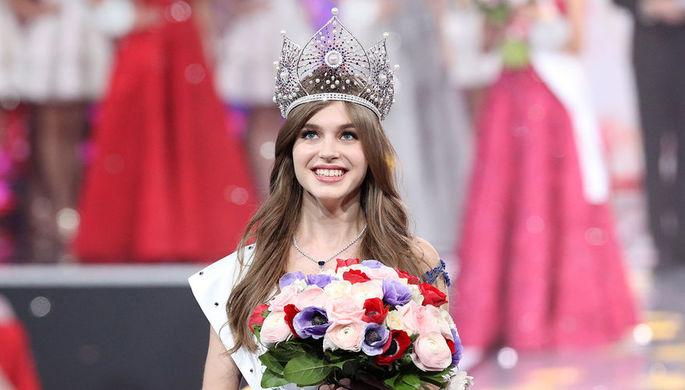 Победительница национального конкурса красоты «Мисс Россия-2019» Алина Санько во время церемонии награждения на финальном шоу, 13 апреля 2019 года