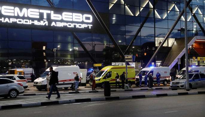 Автомобили экстренных служб около здания аэропорта Шереметьево после крушения самолета Sukhoi Superjet 100, 5 мая 2019 года