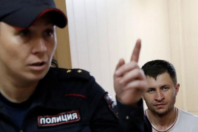 Мурат Сабанов, подозреваемый в отравлении газировкой более 20 человек в центре Москвы, перед началом рассмотрения ходатайства об избрании меры пресечения в Таганском суде, 26 июня 2019 года
