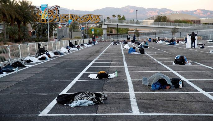Временное убежище для бездомных на парковке торгового центра в Лас-Вегасе во время пандемии коронавируса, 30 марта 2020 года